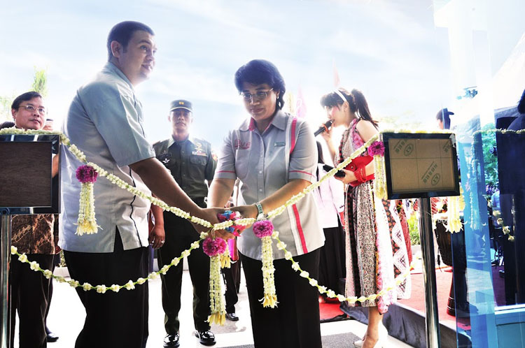 Snapshot Opening favehotel Solo Baru, seen in the image Mr. Owen Thomas Colville – Corporate Executive Chef (left) and Ms. Aris Retnowati – General Manager of favehotel Solo Baru (right) together cutting ribbon as an official opening of favehotel Solo baru.
