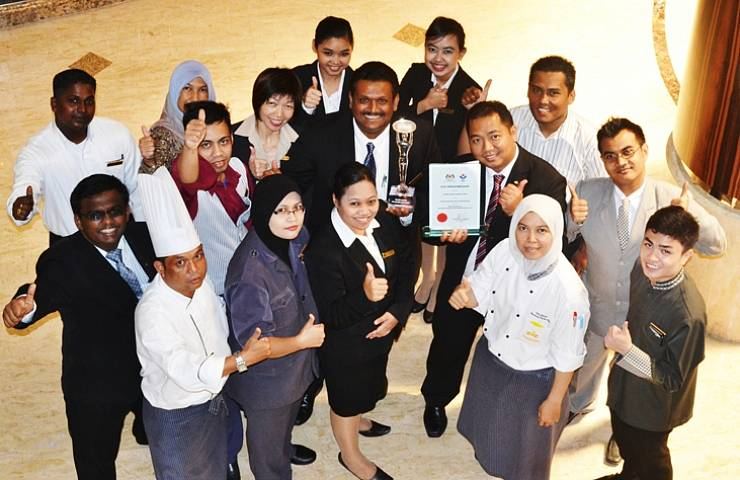 Mr Ramesh Kumaraguru Director of Human Resources of Grand Dorsett Subang (centre) with the trophy they have won