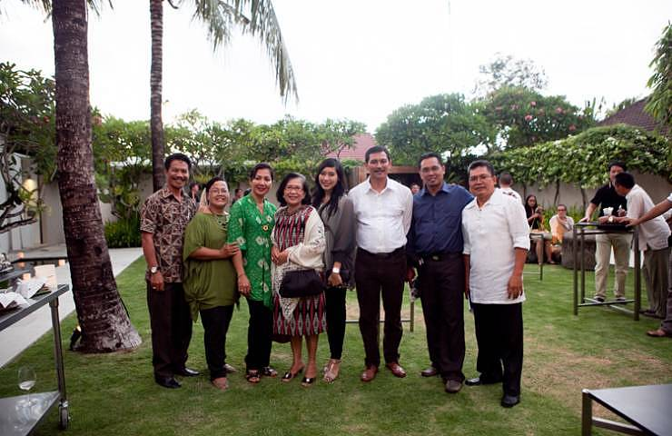 Ms Ratna Gde Agung (Wife of Badung Regent, fourth from the left) and Mr Cokorda Raka Dharmawan (Head of Badung Regent Tourism Office, third from the right)