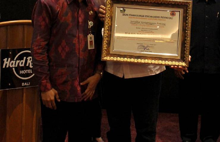 The trophy is awarded by Dewa Made Indra, the Chief Executive of BPBD Prov. Bali