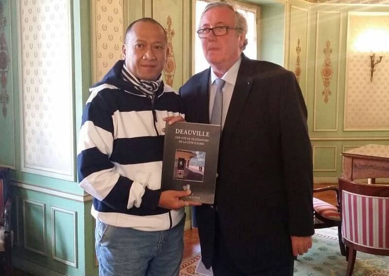Mr Merlin presented a book on Deauville to the Minister