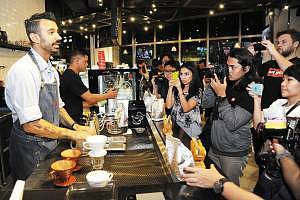 04-eddy-sharing-some-coffee-experience-moments-with-the-media