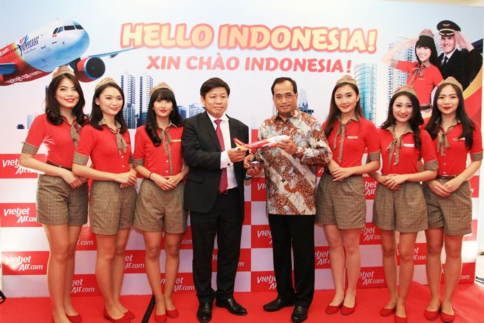 Mr. Budi Karya Sumadi, Minister of Transportation, receives souvenir gift from Mr. Nguyen Thanh Hung, Vice chairman of Vietjet, at the HCMC-Jakarta route announcement ceremony