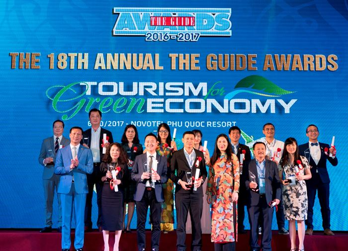 (Back, 1st from left) Mr Chu Viet Cuong, Member of the Board of Directors, Vietjet alongside the other award recipients