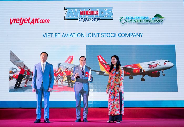 (centre) Mr Chu Viet Cuong, Member of the Board of Directors, Vietjet received the award