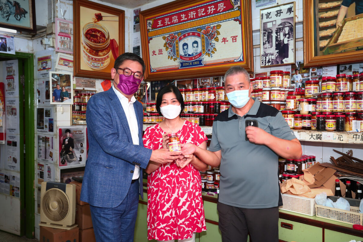 """Mr Dane Cheng, HKTB Executive Director, visited the century-old shop """"Liu Ma Kee"""" to learn about its stories of traditions and trends."""